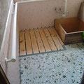 【T邸】浴室内の伝い歩き用に手すりを設置しています。また床段差を解消するため木製のスノコを設置しています。
