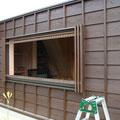 開口部のアルミサッシには木製の縦格子を取り付けます。