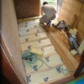 床下地工事。断熱材をしっかりと充填します。