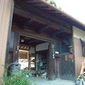 改装前の長屋門。外壁は全てトタンに覆われていました。