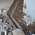 排水配管工事。排水配管は既存浄化槽につなぎ込みます。