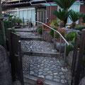 【H邸】玄関アプローチに階段昇降用の手すりを設置しています。