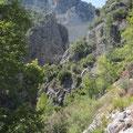 Die Staumauer zwischen den Felsen