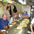 2008 Essenzubereitung vor dem Esstisch
