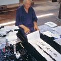 1995 Herr Wolff zeigt Kalligraphie