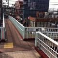 歩道橋の突き当たりを左に曲がって階段を下りるとお店の前です