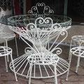 Tavolo e sedie in ferro battuto con piano in cristallo molato. Anni '50