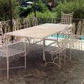 Tavolo, sedie e poltrone in ferro battuto con piano in marmo bianco.