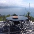 Tavolo e sedie in ferro battuto con piano in ardesia.