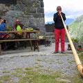 Alphornklänge vom Hüttenwart tragen zu einer tollen Atmosphäre bei.