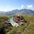 Familienpicknick auf dem Tannenschild......