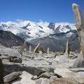 Gipfelpartie Dri Horlini mit Natur-Skulpturen und Viertausender-Kulisse