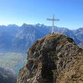 Das mächtige Gipfelkreuz des Rophaien