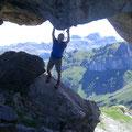 Angenehme Abkühlung in der grossen Felshöhle