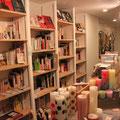 エイトハーフの扉を開けると、こだわりで選ばれた本と、小雑貨類が皆さんをお出迎えします。
