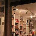 今回の個展は、BOOK&CAFE 8 1/2(ブックカフェ・エイトハーフ)と絵本カフェ holo holoの2店で合同共催。