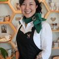 今回の特集は、Flour bee* オーナー・野菜ソムリエの山崎こず恵さん。スカーフ、エプロンは野菜ソムリエの制服です。