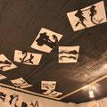 天井にも作品が展示されています。これは練り消しを黒に着色して貼付けたそうです。