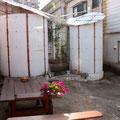 イロリムラの中庭にはお風呂(左)とトイレ(右)が開放的な雰囲気で備えられています。