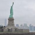 Auf dem Weg nach Ellis Island: Freiheitsstatue und Skyline im Hintergrund