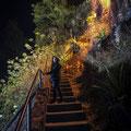 Mit der Treppe auf die Klippen zur Bar Spritz