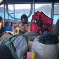 Mit Sack und Pack auf dem Boot