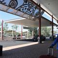 vor dem Flughafen bei den Taxi/Bus-Ständen