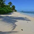 Strand vor dem Beach-Chalet mit Sicht zum Hotel-Restaurant
