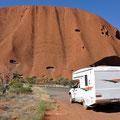 mit dem Auto um den Uluru