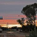 die Sonne geht unter beim Billabong Roadhouse