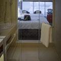 Unser Zimmer - Sicht aus dem Badezimmer, Badezimmer mit Panoramafenster
