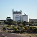 Weg nach Lucky Bay - für die Eyre Peninsula typische Getreidesilos