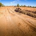 Auf dem Weg nach Stonehenge - Strasse führt durch ausgewaschenes Flussbett