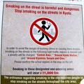 In gewissen Stadtteilen ist das Rauchen auf der Strasse verboten.