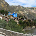 Sind die Dörfer noch so klein, die Gemeindeverwaltungen (blauer Bau rechts) sind gross.