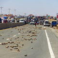 Bolivianer blockieren die Strasse um gegen Korruption zu protestieren. Wir dürfen passieren.