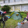 Zelten bei einer Schule. Am Wochenende haben wir auf jeden Fall Ruhe.