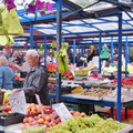 Auf dem täglichen Markt ist fast alles zu finden. Gestrickten Socken, Hosenträger, Früchte, Gemüse . . .