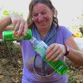 Zum Trinken oder gegen Mücken? Bea mag das grüne Wasser (zum Trinken).