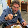 Frühstück morgens um fünf: Reis und Huhn.