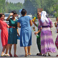 Usbekinnen lieben bunte und glitzernde Kleider.