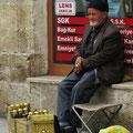 Ein Schuhputzer wartet auf Kunden.