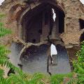 Wir vermuten, dass das Erbeben vor 12 Jahren die grosse Kirche zerstört hat.