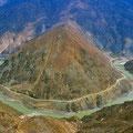 Der Yangtse sucht sich seinen Weg durch die Berge.