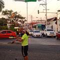 Kurze Jongliervortellung auf einer Strassenkreuzung.