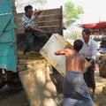 Kein Strom = keine Kühlschränke. Im Dorf wird ein Eisdepot angelegt und mit dem Gefrorenen die Strassenküchen versorgt.