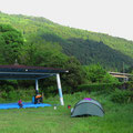 Neben einer Schule haben wir einen ruhigen Zeltplatz gefunden.