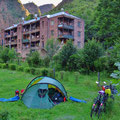 Übernachten im Hotelpark (im Hintergrund Wohnblocks).