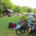 Viele Radfahrer auf dem kleinen Zeltplatz, trotzdem keinen Kontakt untereinander. Sehr, sehr speziell für uns.
