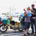 Er ist mit seinem Kleinmotorrad unterwegs und schenkt uns die lang gesuchte Karte mit den Zeltplätzen.